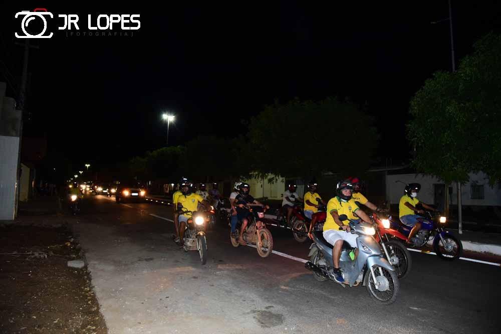 Grande grupo de pessoas realiza carreata no feriado da Independência em São João do Piauí.