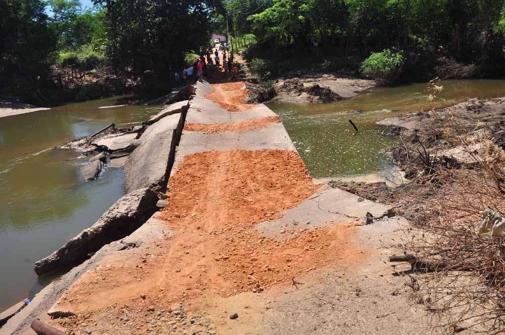 Em São João do Piauí populares em mutirão viabilizam o trânsito em Passagem Molhada